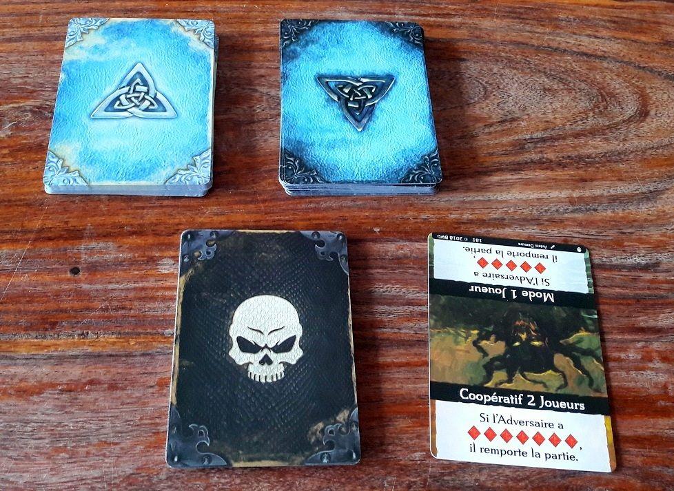 Format classique pour les cartes héros, anti-héros et celles du mode solo/coopératif.