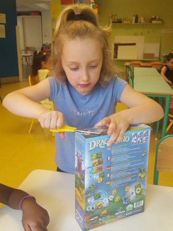 A force d'essayer d'ouvrir les films plastiques des boites de jeux dans la classe, on ne s'énerve plus on prend directement les ciseaux.
