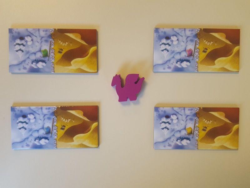 Les 4 dominos de départ  (vert, rose, bleu et jaune) et le pion maman dragon.
