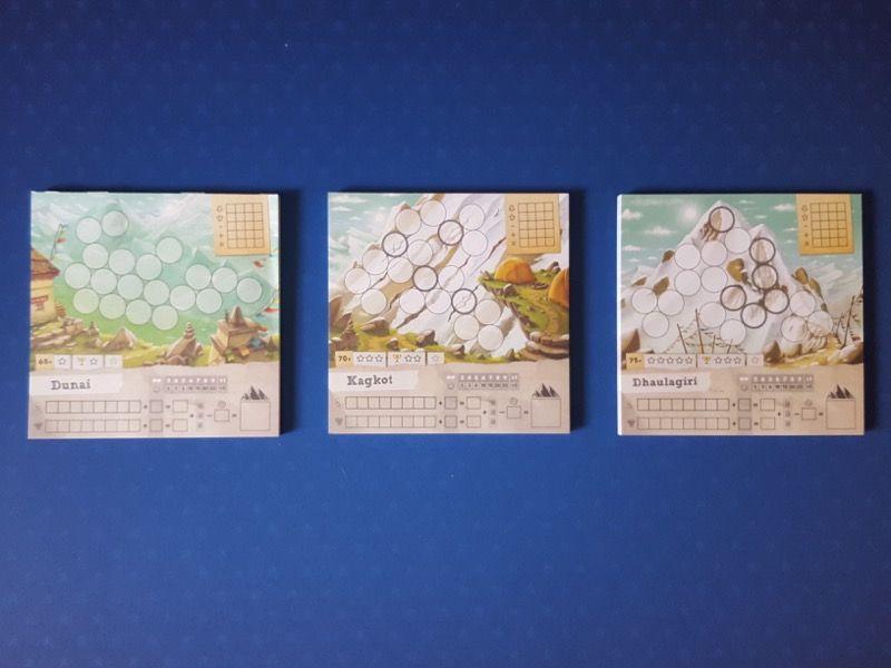 Les 3 blocs de fiches de jeu (50 pour chaque) avec dans l'ordre des difficultés Dunai, Kagkot et Dhaulagiri