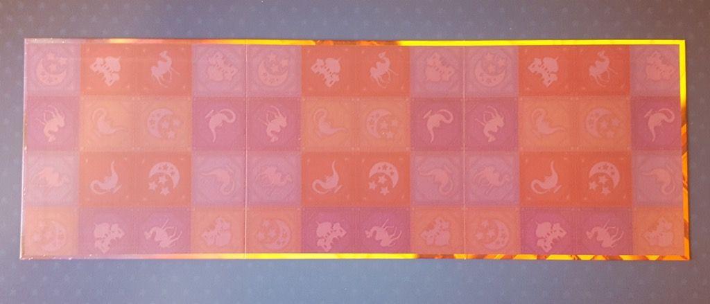 Le petit plus avec au dos du plateau la reprise des motifs présents sur les tapis.