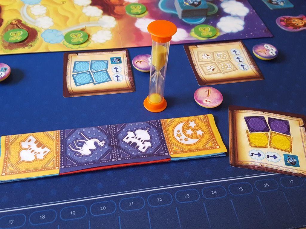 Un exemple de réussite du défi avec la prise du jeton d'initiative 1.  Au final, le joueur avance son jeton de 2 cases, fait reculer un joueur de 1 case et gagne 1 génie !