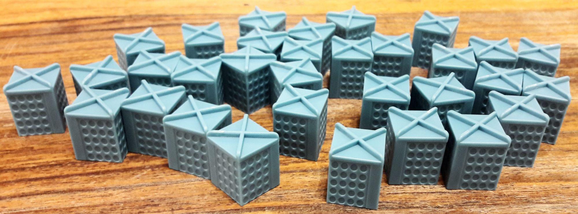 Petits bâtiments plastiques cubiques au toit bien particulier.