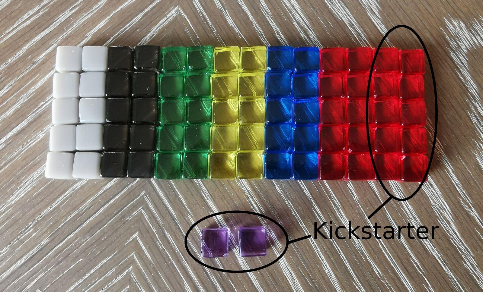 10 de chaque dans la boîte de base. Et pour la version kickstarter : 10 Krystallium de plus et 2 cubes mystères mauves : on n'a pas droit de spoiler ;)