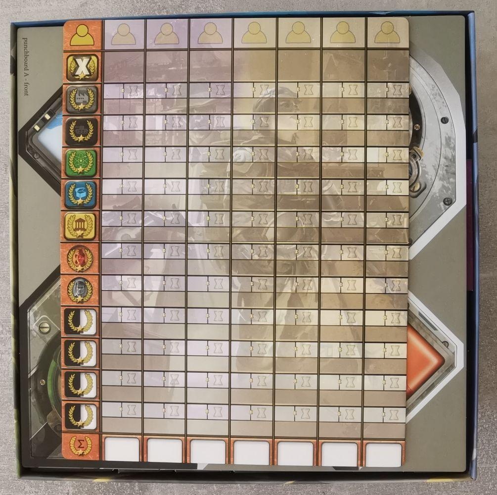 La planche de score trouve parfaitement sa place au sommet de la boite !