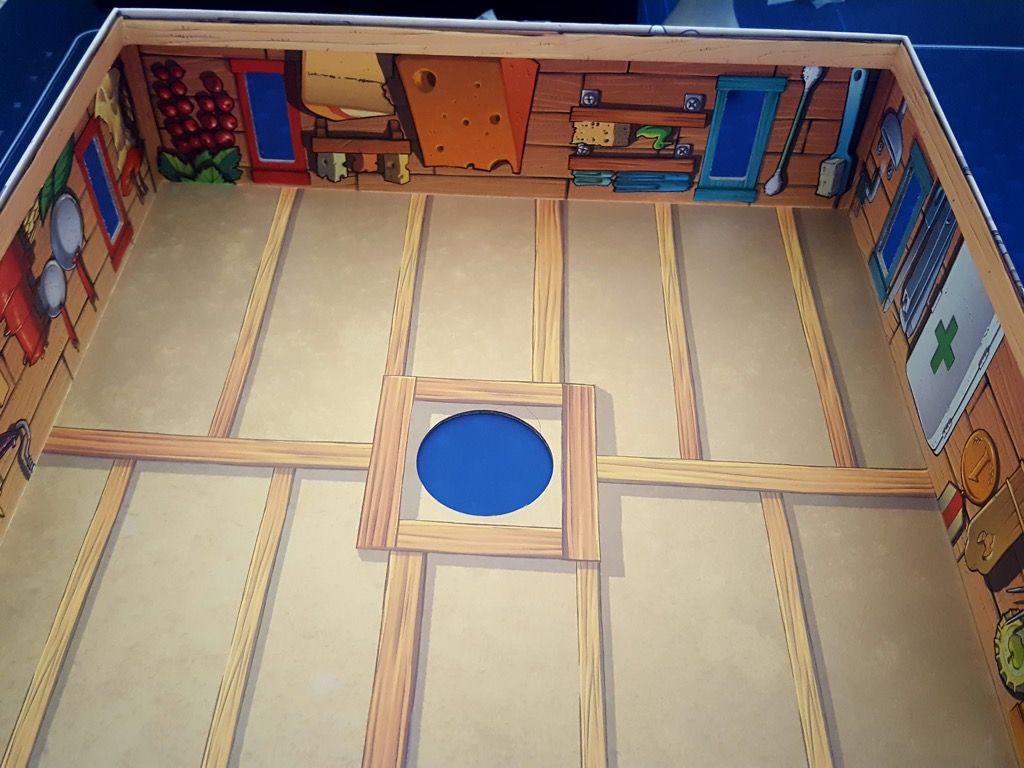 Le fond de la boite servant de toit et à retourner dessus.