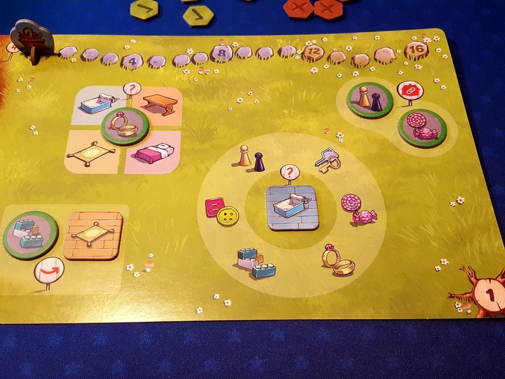 Ici le niveau 1 donc le plus facile  avec  par exemple de gauche à droite : Le légo est-il dans le salon ?  Dans quelle pièce se trouve la bague ? Le pion et le bonbon sont-ils dans la même pièce ? Quels sont les objets présents dans la salle de bain ?