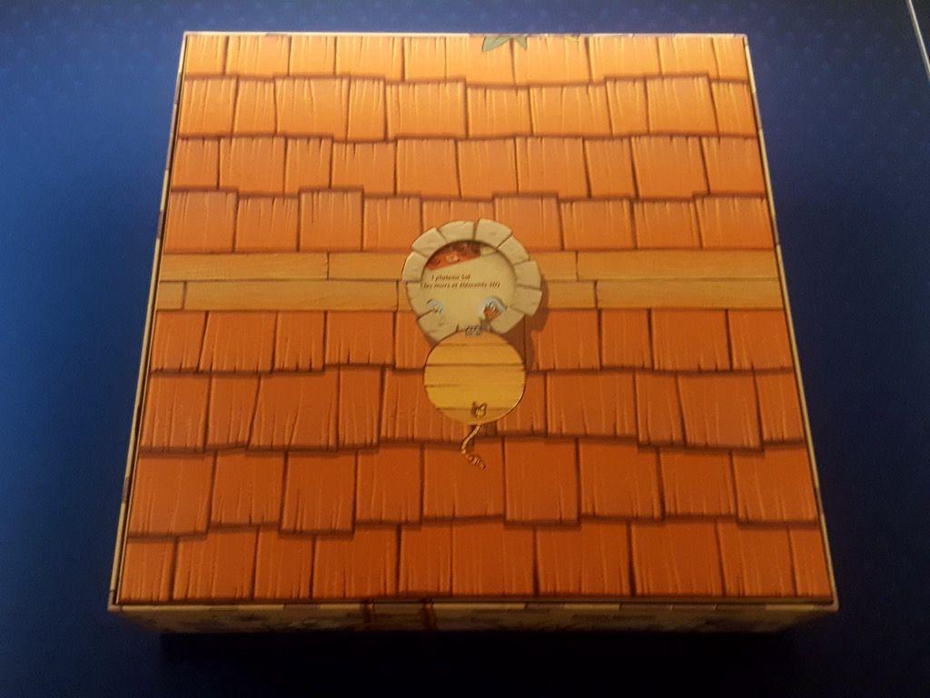 On insère le dos de la boite avec son trou dans l'autre boite et hop tout est fermé.