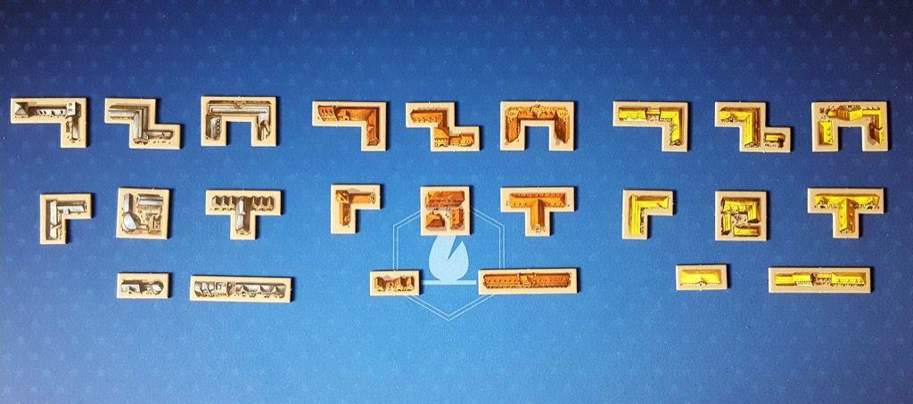24 tuiles polyominos  : 8 formes dans trois couleurs différentes.