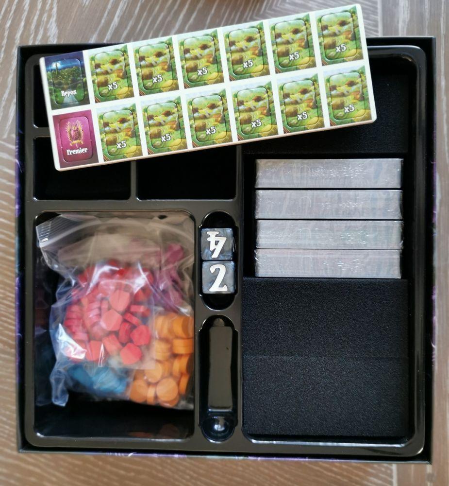 La boite contient trois blocs de mousse pour faire de la place pour les extensions