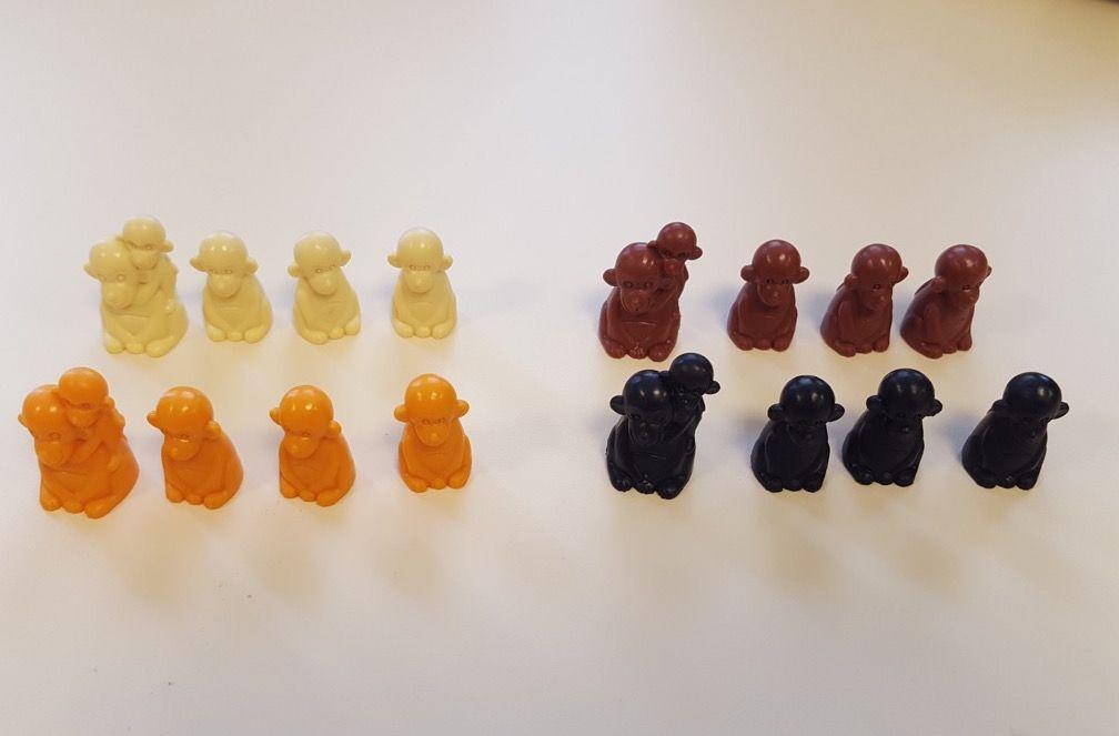 4 familles de singes (une maman avec son petit et 3 singes) : beige, marron, orange, noire.