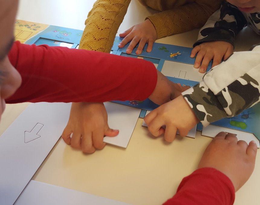 Avant la première partie, il faudra retirer les cinq bandes blanches de papier carton du plateau qui ne servent que de protection pour le transport.
