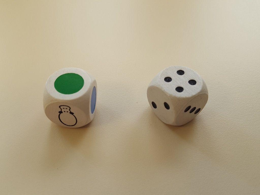 1 dé de couleur (rouge, violet, bleu, vert, jaune et une face hippopotame joker) et un dé numéroté (trois faces  2, deux faces 3 et une face 4).