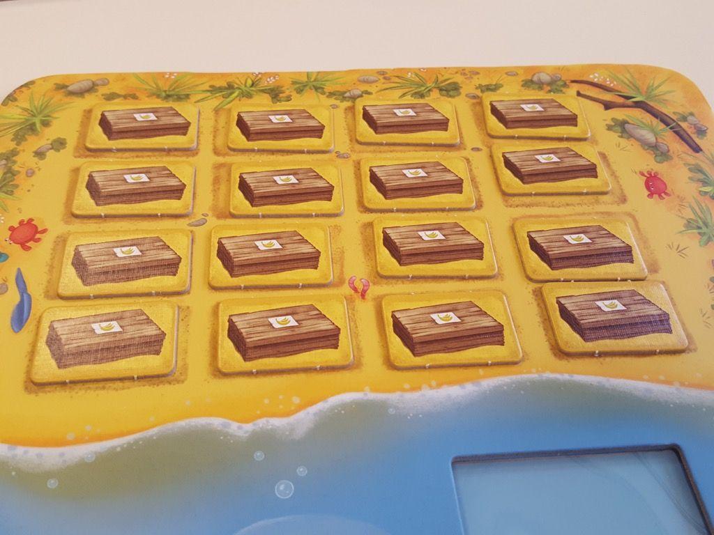 Mélanger les caisses de bananes et les poser sur les 16 emplacements signalés sur le plateau.