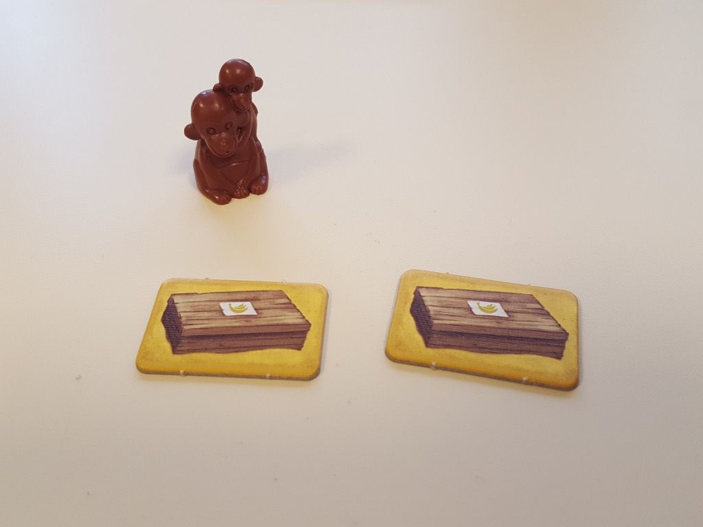 Quand un singe atteint la rive avec les caisses de bananes, le joueur prend une caisse  la regarde et la pose face cachée devant lui (2 caisses si c'est la maman et son petit !).