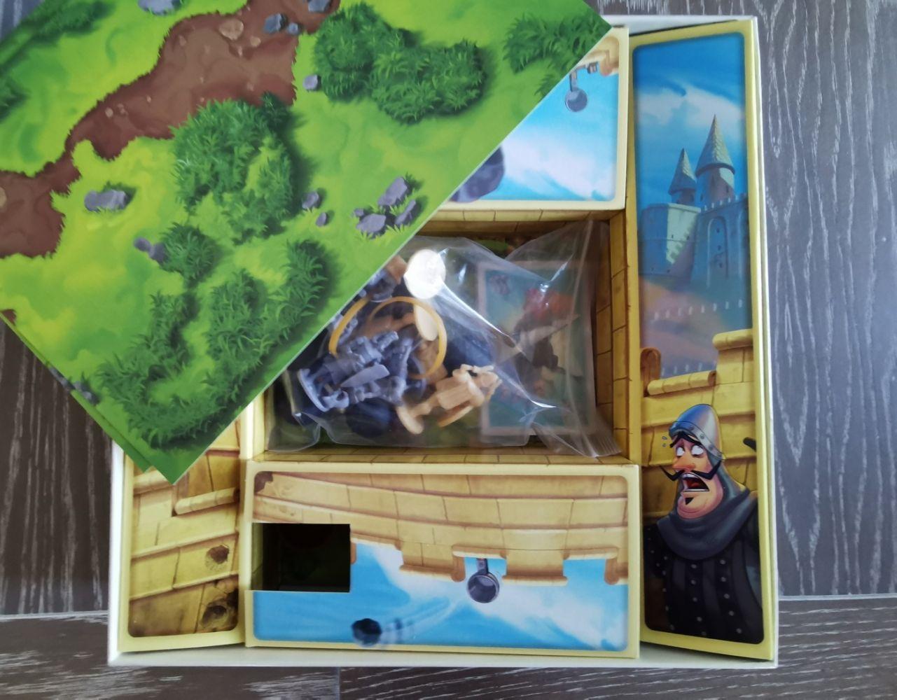 premier déballage … ni châteaux, ni catapultes tout est dissimulé dans les cartons repliés dans la boîte.