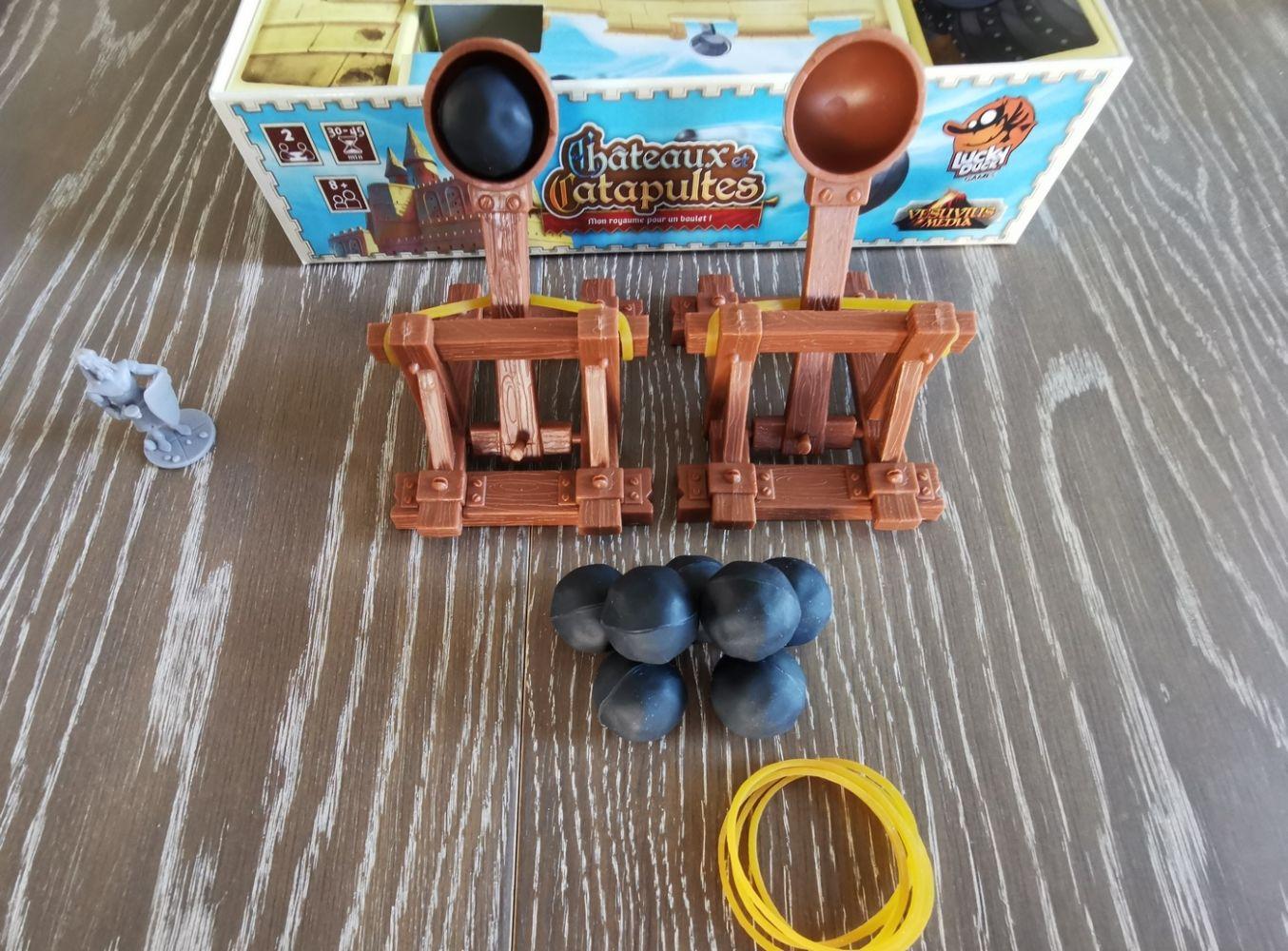 1 catapulte avec 2 élastiques de rechange et 4 boulets par joueur