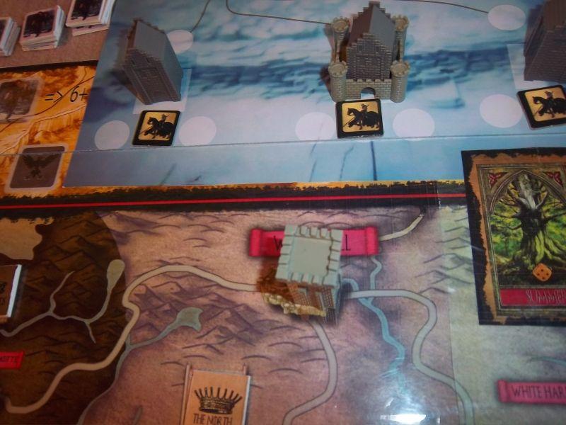 """Une vue de Winterfell, mais surtout, au nord, le célèbre Mur, défendu principalement à 3 endroits. Château-Noir est au centre. Un petit plateau qui va être très """"sollicité""""..."""