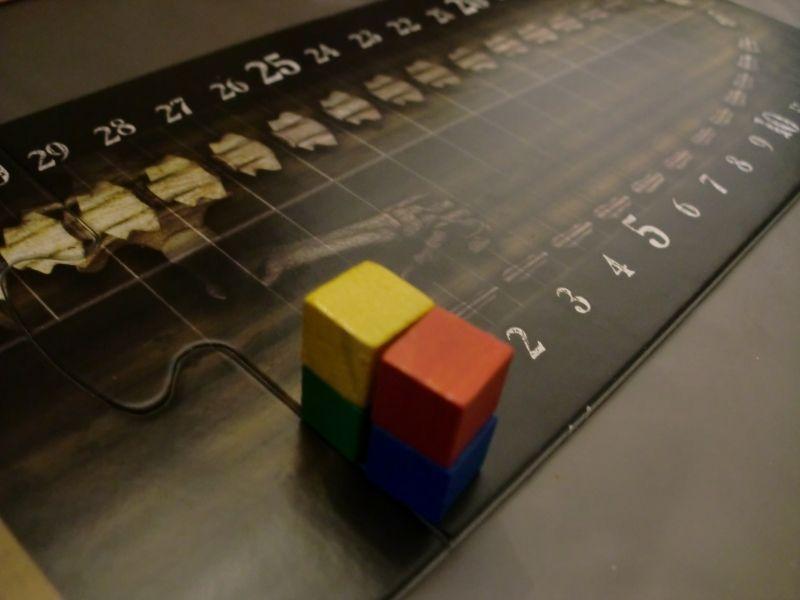 Un plateau et des cubes sur un squelette