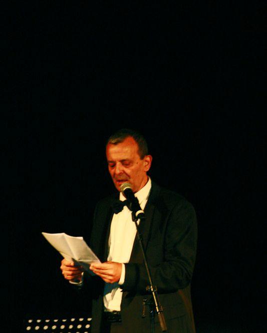Le maître de cérémonie nous annonce qu'il présentera cette cérémonie pour la dernière année...