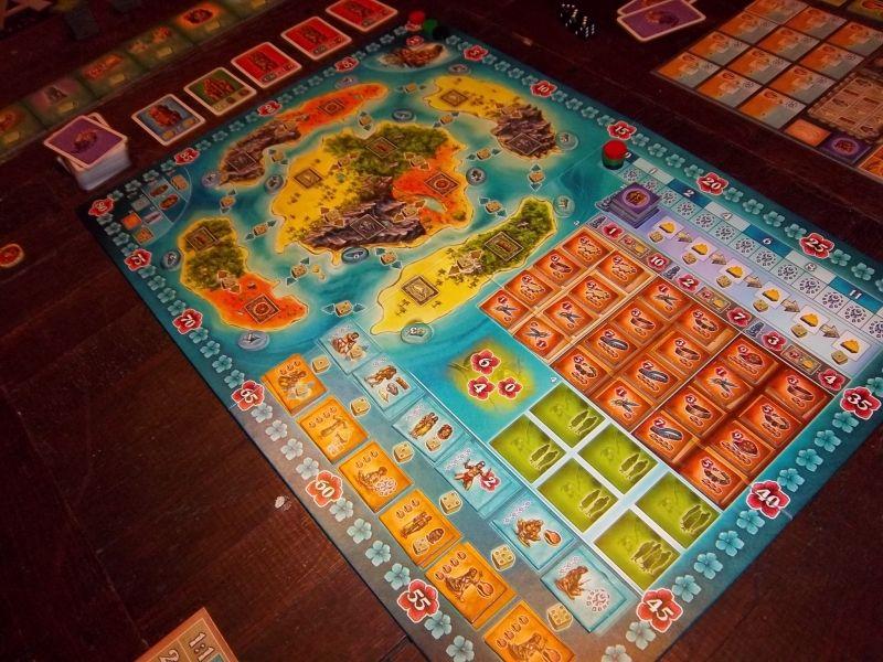 L'agréable plateau central de Bora Bora. Au fond, des cartes...et d'autres tuiles.