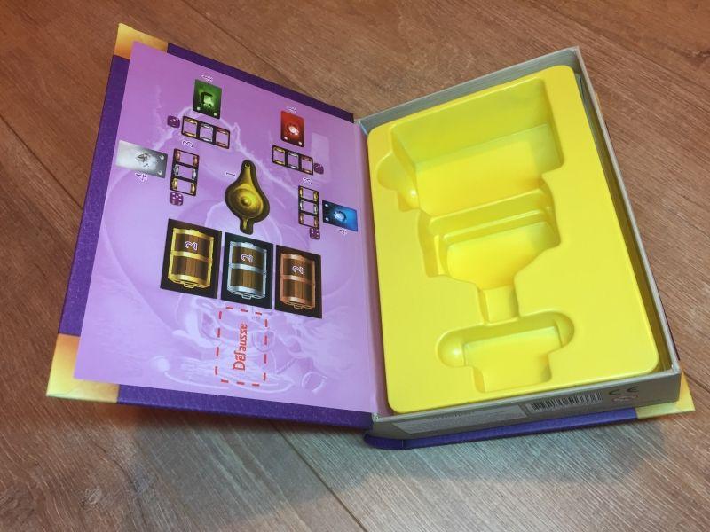 Une vue de l'intérieur avec un rappel de la mise en place du jeu à gauche.