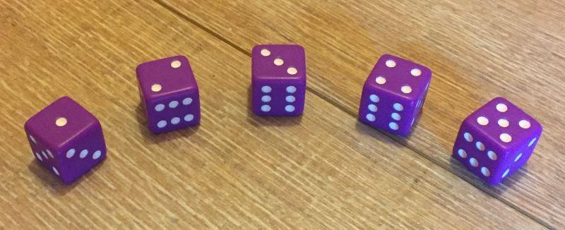 5 dés violet, un par joueur
