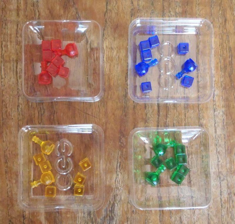 """<FONT size=""""2pt"""">.. sur lesquelles poser les cubes action à la couleur de chaque joueur (les petits récipients ne servent pas vraiment à les conserver ; photo non contractuelle :-p).</FONT>"""