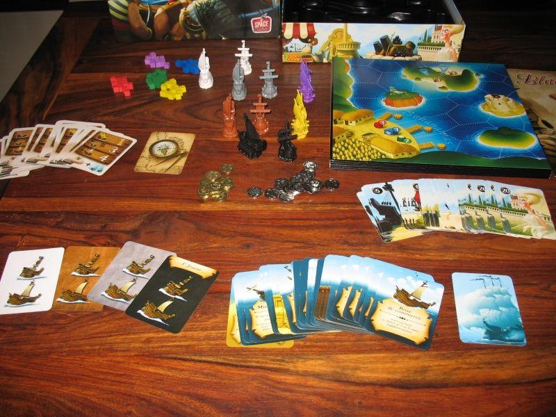 Pas mal de cartes, un plateau immense plié en 6, des pièces, des bateaux et des cubes en bois ...