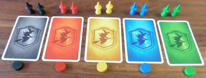 Le matériel des 5 joueurs : 2 sorcières, 10 cartes identiques, 1 pion de score