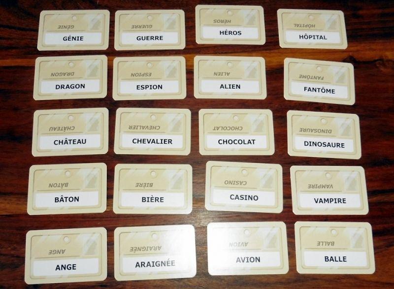 Plein de cartes nom de code recto/verso (25 seront utilisées lors de chaque partie).