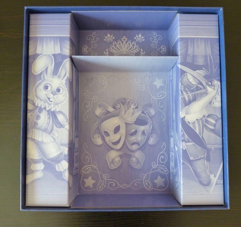 L'intérieur de la boîte décoré avec les illustrations du jeu.