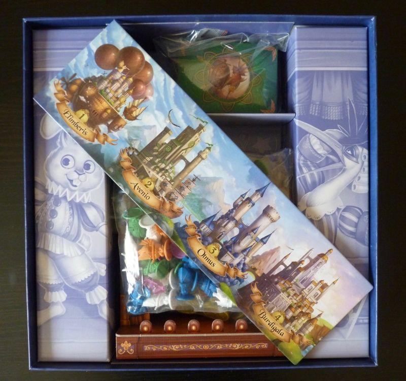 Le matériel rangé dans la boîte : prévoir un sachet zippé supplémentaire pour les figurines et un autre pour les cartes...
