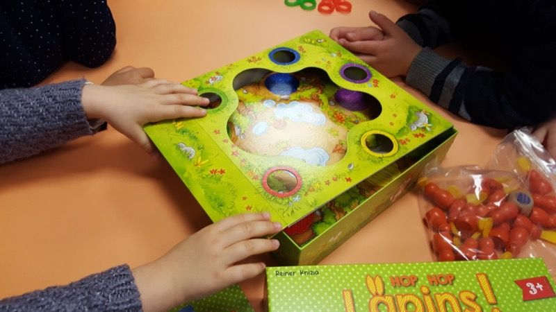 On s'aperçoit qu'il faut garder la partie souple dans la boite qui sert de plateau de jeu... Il va falloir de la dextérité et de la patience pour la remettre surtout quand on a 3 ans.