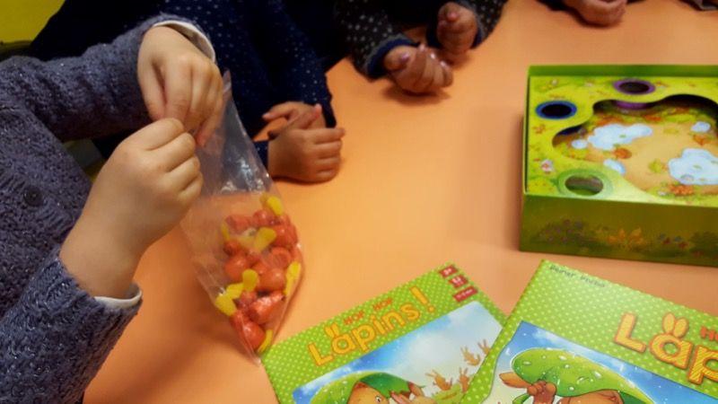 On sort les lapins du sachet pour les poser sur la table.