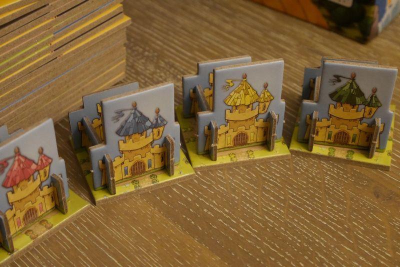 Une fois assemblés, les châteaux se dresseront fièrement au centre des royaumes.