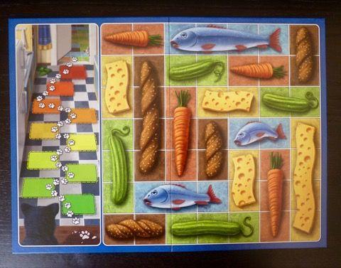 Le plateau de jeu en mode normal, la trace de pattes en bas à gauche, avec des petits aliments à récupérer (2/3 cases)