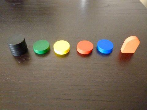 Les 6 jetons neutres, les 8 jetons en couleur des joueurs et la statue Harubang.