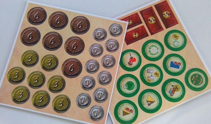 Pièces de 1, 3 et 6. Les jetons militaires (rouges) et les jetons progrès (verts)