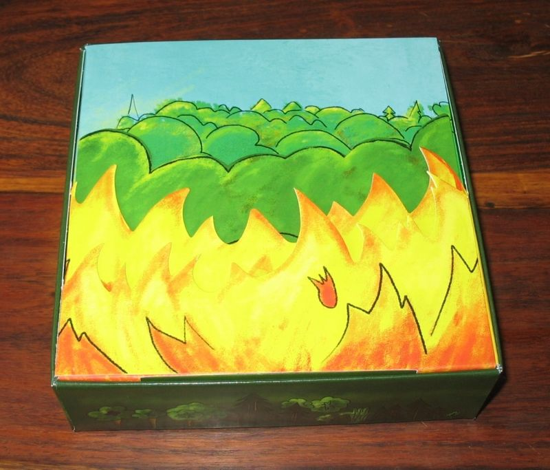 C'est mignon !!! Un joli jeu de cartons repliés qui forrme un feu devant la forêt avec en fond les règles...