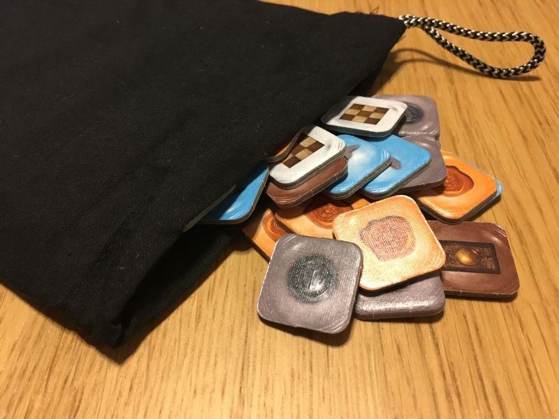 Les tuiles actions et leur sac en tissu