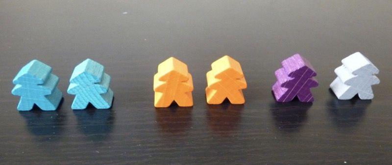 Les 6 meeples d'ordre du jeu (les 2 bleus et 2 oranges pour jouer à 2 joueurs).