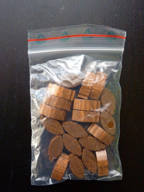Les 20 fèves de cacao en bois qui vont être achetées ou vendues pendant la partie.