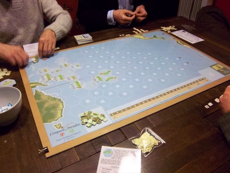 Une planche en bois, le plateau de COP et un plexi par dessus maintenu par des pinces : monsieur Zhor est un habitué des jeux GMT.