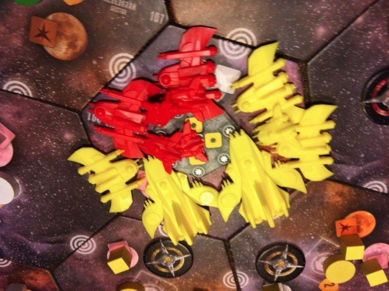 13. Étienne contre-attaque, Nico renforce alors sa flotte. Le combat sera épique. Deux croiseurs, 3 frégates, 1 intercepteur contre 2 frégates et 4 intercepteurs