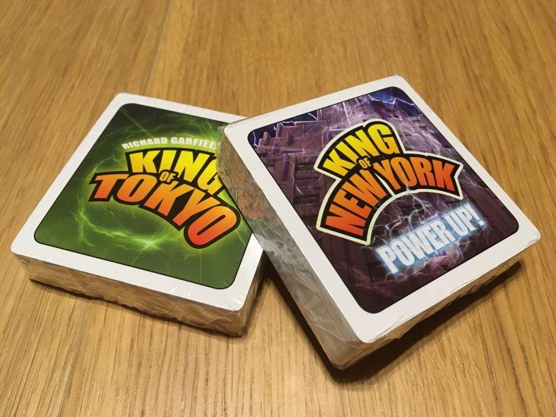 Les paquets de cartes (encore dans leurs plastiques)