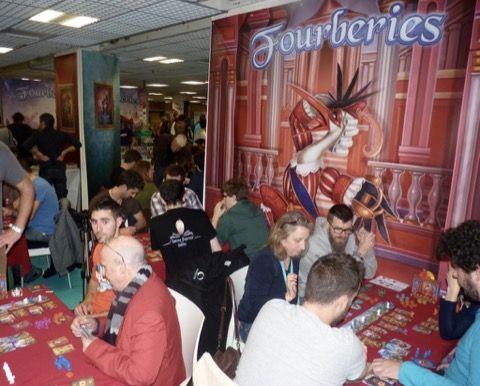 Beaucoup de tables de jeux pour la sortie de Fourberies sur le stand Bombyx.