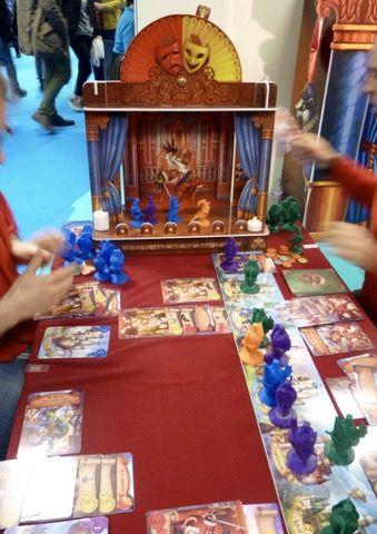 La version surdimentionnée du jeu Fourberies de Bruno Cathala et Christian Martinez avec des illustrations de Jérémy Fleury.