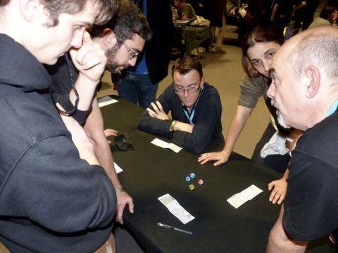 Un coin de table au off avec Bruno Cathala pour nous faire jouer à Dice Stars son dernier jeu créé avec Ludovic Maublanc et à paraître chez Matagot