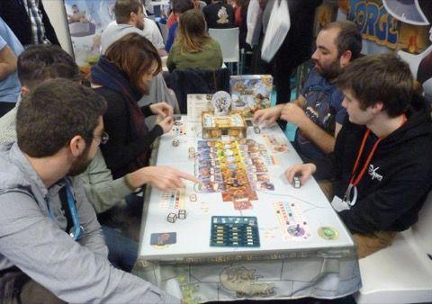 Enfin un bout de table pour Dice Forge le futur jeu de régis Bonnessée à paraître chez Libellud. Une partie à 6 joueurs (!) la team Jedisjeux se répartissant sur 2 chaises !!!